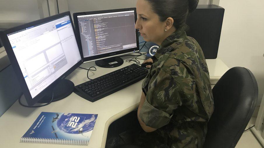 Militar Ten Marília Guterres gerenciando e analisando sistemas da FAB.  Crédito da foto: Tenente Tatiana Rubim(CCA-RJ)