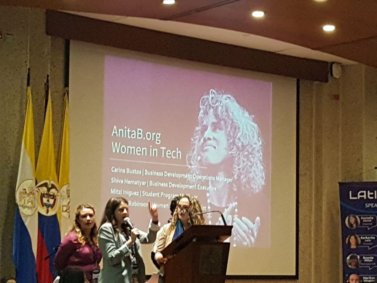 Representantes da Anita.borg contando um pouco sobre a Grace Hopper Celebration no LATINITY 2018