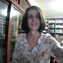 foto, no estilo selfie, na Professora Adelaide