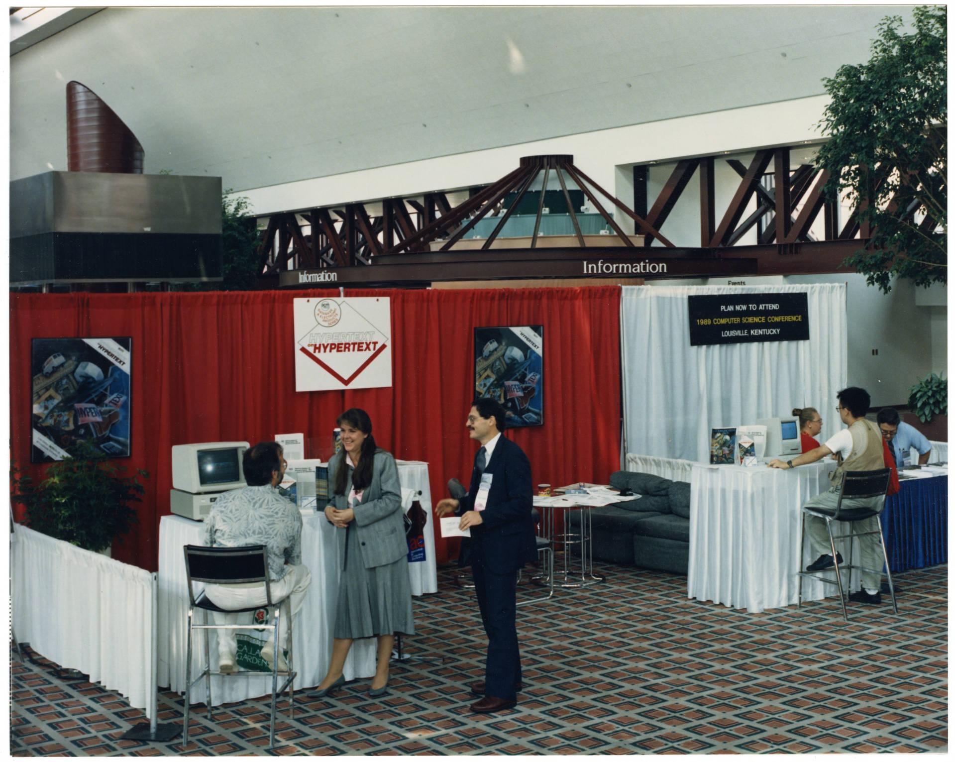 Pessoas em mesas na abertura da Conferência SIBGRAPH em 1988